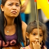 Held-Up Highness Photo: A Thai mother and daughter await the arrival of the King of Thailand (ARCHIVED PHOTO on the weekends - originally photographed 2007/04/06).